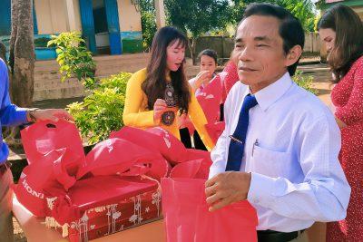 Hưởng ứng an toàn giao thông – Hiệu trưởng Trường TH Trần Quốc Tuấn trao mũ bảo hiểm cho các em lớp 1